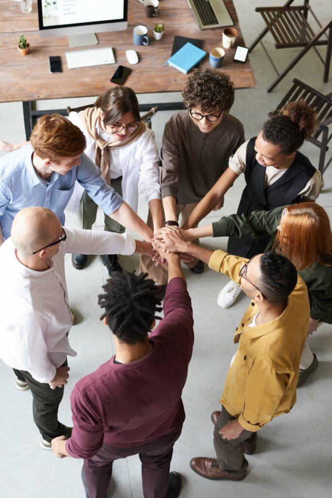Gruppe von Menschen legen ihre Hände übereinander